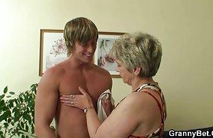او پایین شلوار سکسخواهر خود را به زانو خود را کشیده و گسترش باسن خود را به دو طرف, برای نشان دادن جایی که او قرار بود به بازدید