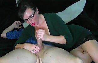 لیس سکس با خواهر زن خوشگل پاهای سبزه در شورت در تاریخ اول و کوبیدن بر روی نیمکت سفید