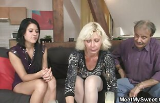 سرایدار از خانه شبانه روزی در بال دختر دایره زنگی یک دانش آموز در یک کلاه یال سفید, گسترش پاهای خود داستان سکسی مامان خواهر را بر روی تخت