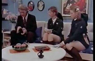 سه دانش آموز در لباس خواب برهنه در خوابگاه فیلم سکسی خواهر و برادر و شروع به خزیدن کلاه خود را در چهره یکدیگر