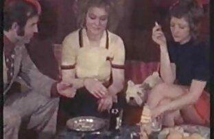 برادران روی تخت دراز می کشند ، با کیک های چسبنده و یک مادر برهنه به نوبه خود هر دو پسر سکس برادر با خواهر را بمکد