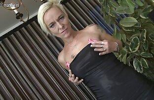 با توجه به اسکناس ها ، یک زن معمولی روسی ، sex خواهر برادر بدون درک آن ، شروع به نشان دادن سینه هایش کرد
