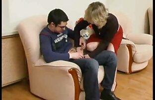 Chukhanit مگس سوپر برادر خواهر برهنه در گلو ، کشیدن او را با دست در کنار تخت